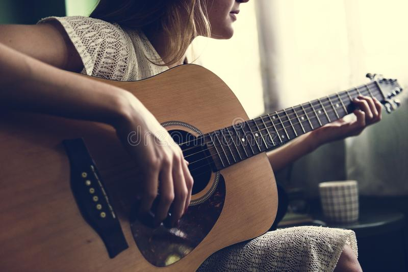 Fille jouant une guitare acoustique photographie stock