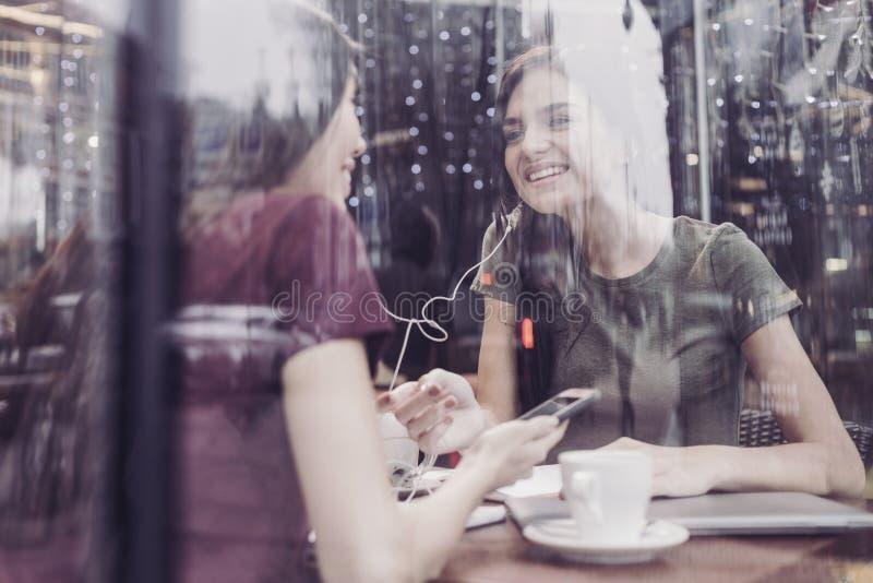 Fille joyeuse communiquant avec son ami photos stock