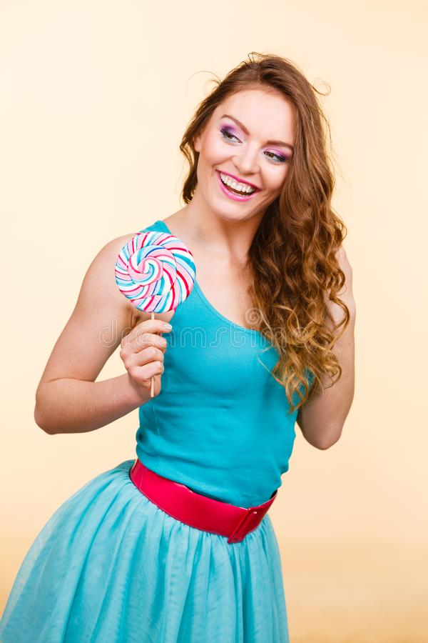 Fille joyeuse de femme avec la sucrerie de lucette photos libres de droits