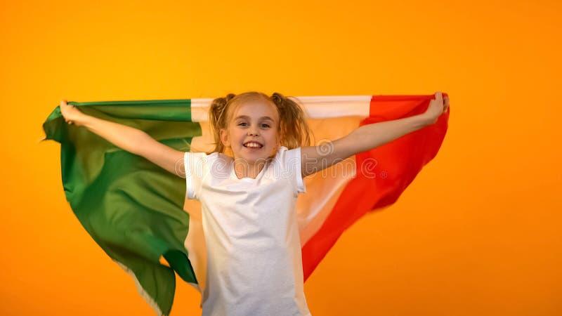 Fille joyeuse ondulant le drapeau italien, équipe de sport nationale de soutien, partie de football image libre de droits