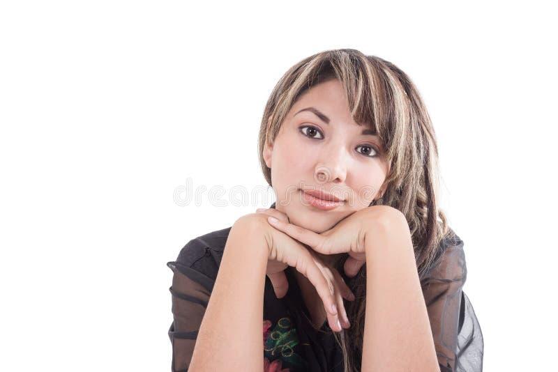 Fille latine posant avec des mains sous son visage image stock