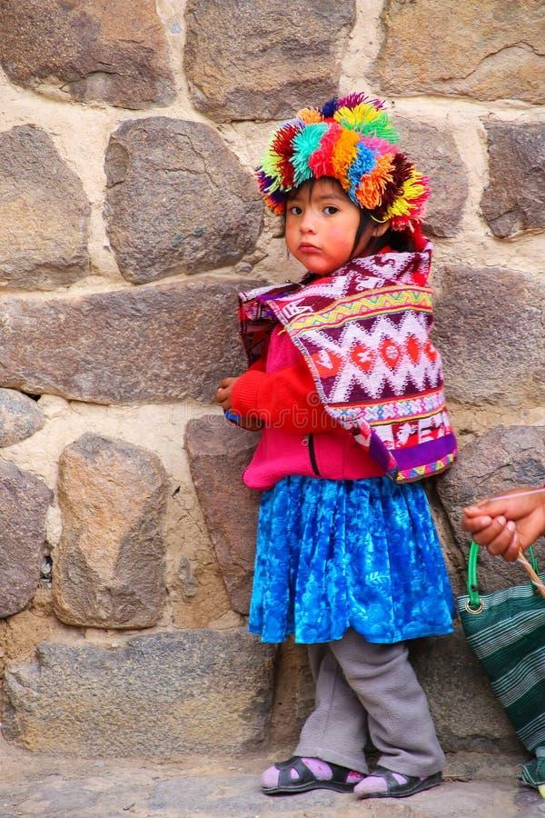 Fille locale se tenant près d'Inca Fortress dans Ollantaytambo, Pérou image stock
