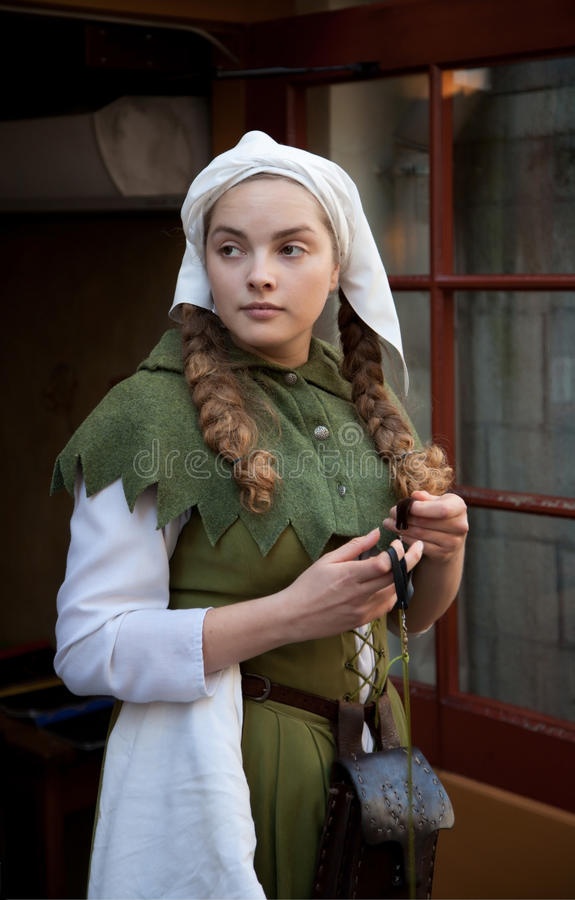 Fille médiévale de style à la rue de Tallinn photo libre de droits