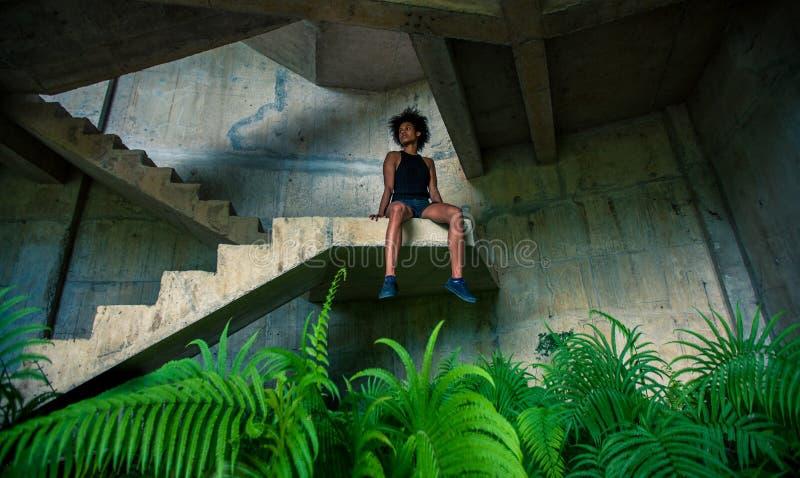 Fille mélanésienne d'athlète d'habitant des îles du Pacifique avec la coiffure Afro après séance d'entraînement images libres de droits
