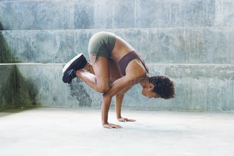 Fille mélanésienne d'athlète d'habitant des îles du Pacifique avec des routines de exercice de exécution Afro photographie stock