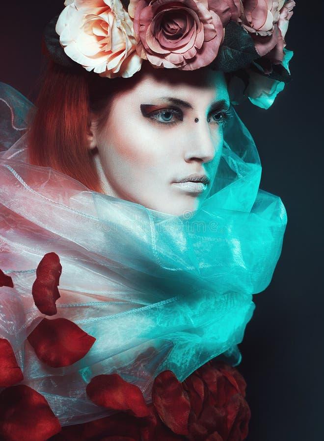Fille magique avec des roses photo stock