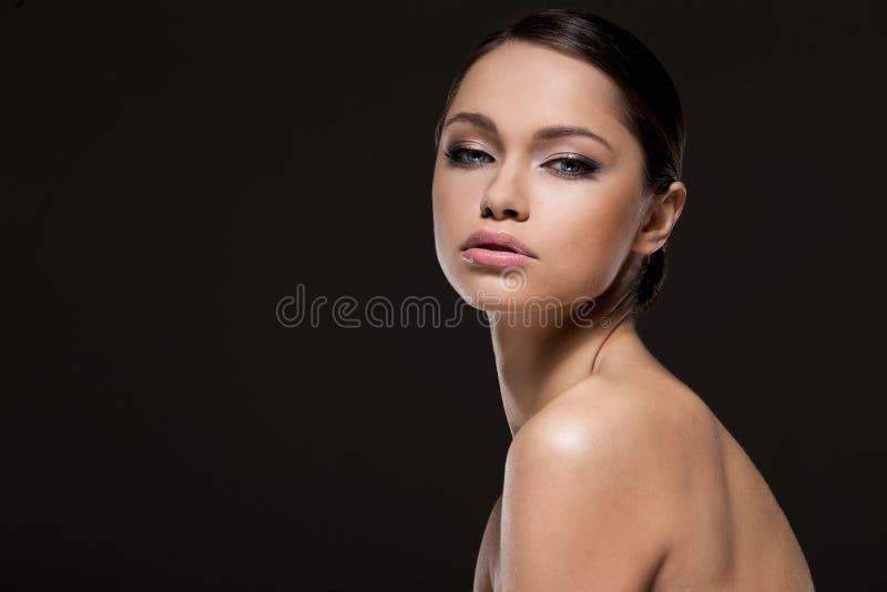 Fille magnifique avec le beau visage photographie stock libre de droits