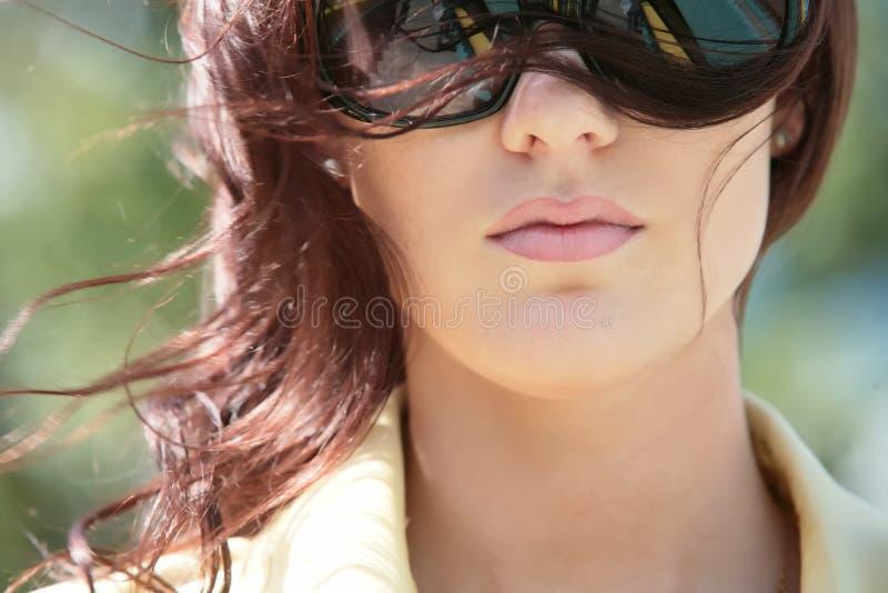 Fille magnifique dans des lunettes de soleil photo libre de droits