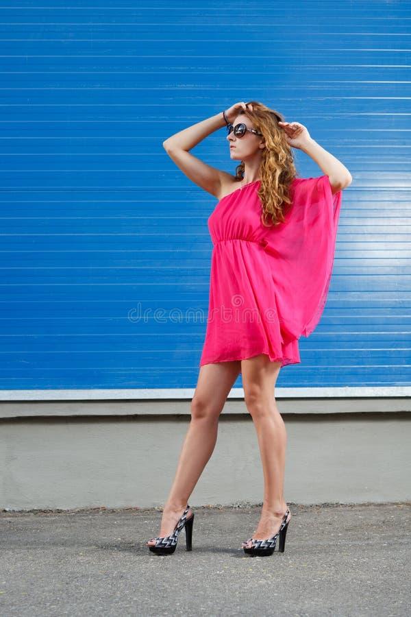 Fille magnifique dans la robe rose photographie stock libre de droits