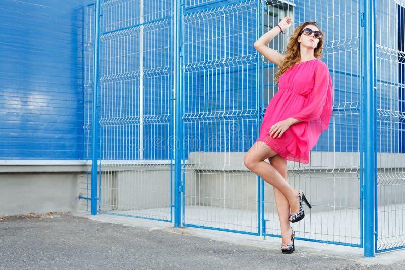 Fille magnifique dans la robe rose image libre de droits