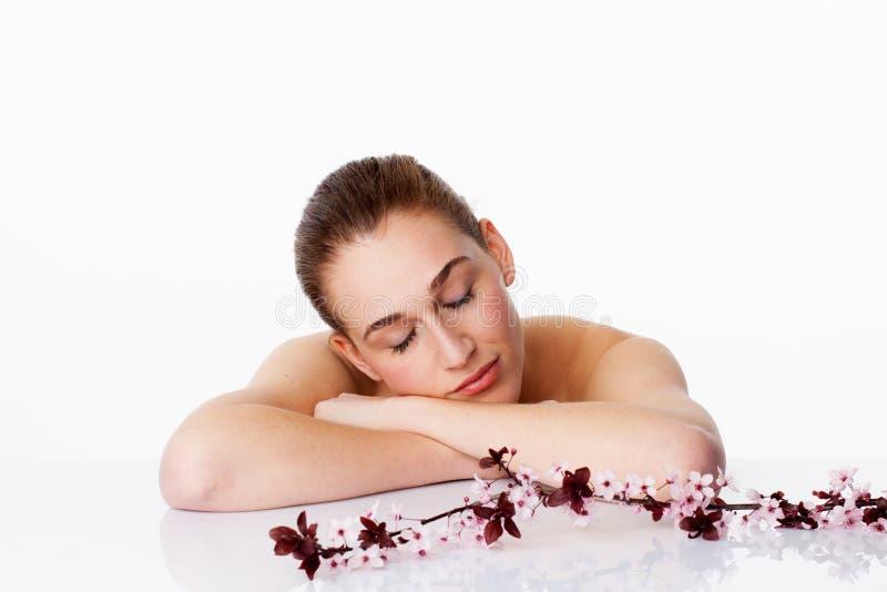 Fille magnifique de repos exprimant la beauté naturelle et les soins de la peau frais photo libre de droits