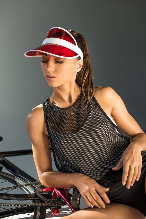 fille magnifique séduisante dans le chapeau posant avec la bicyclette photos stock