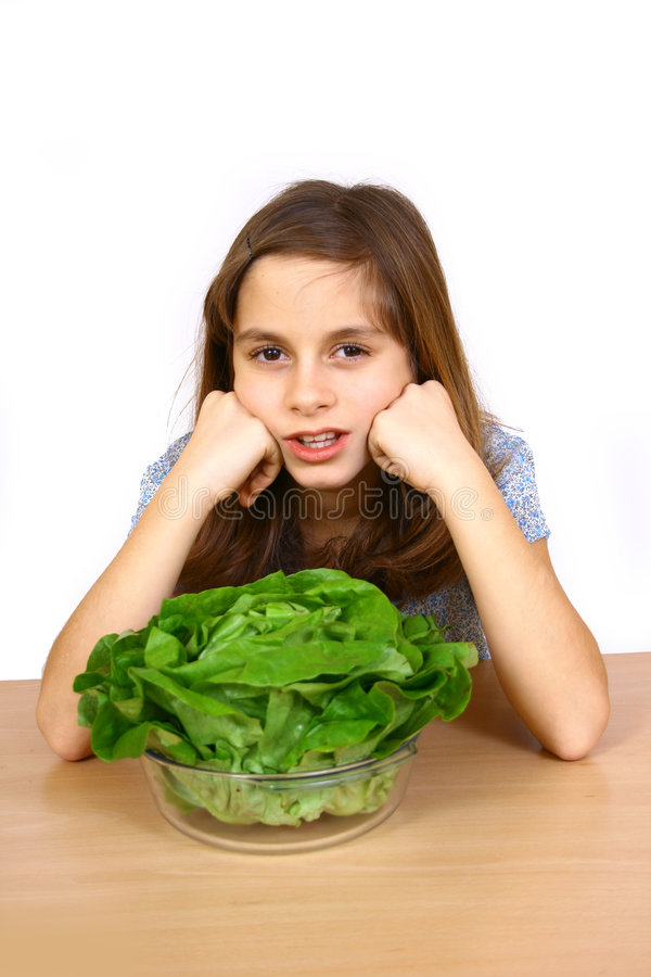 Fille mangeant d'une salade images stock