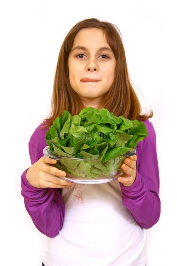 Fille mangeant d'une salade photographie stock libre de droits