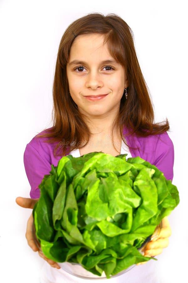 Fille mangeant d'une salade photo stock