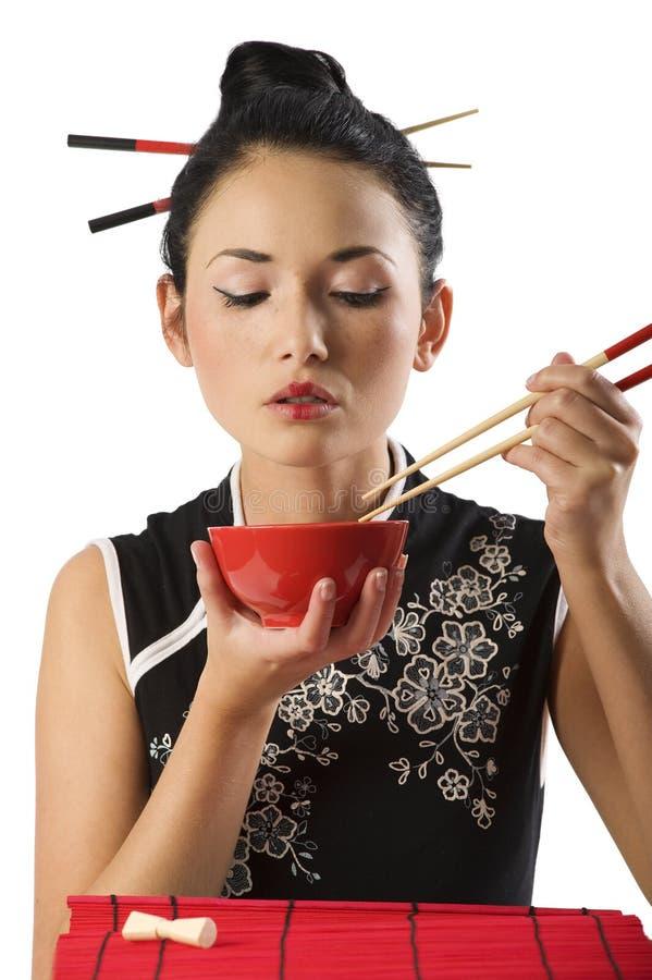 Fille mangeant de la nourriture orientale photo stock