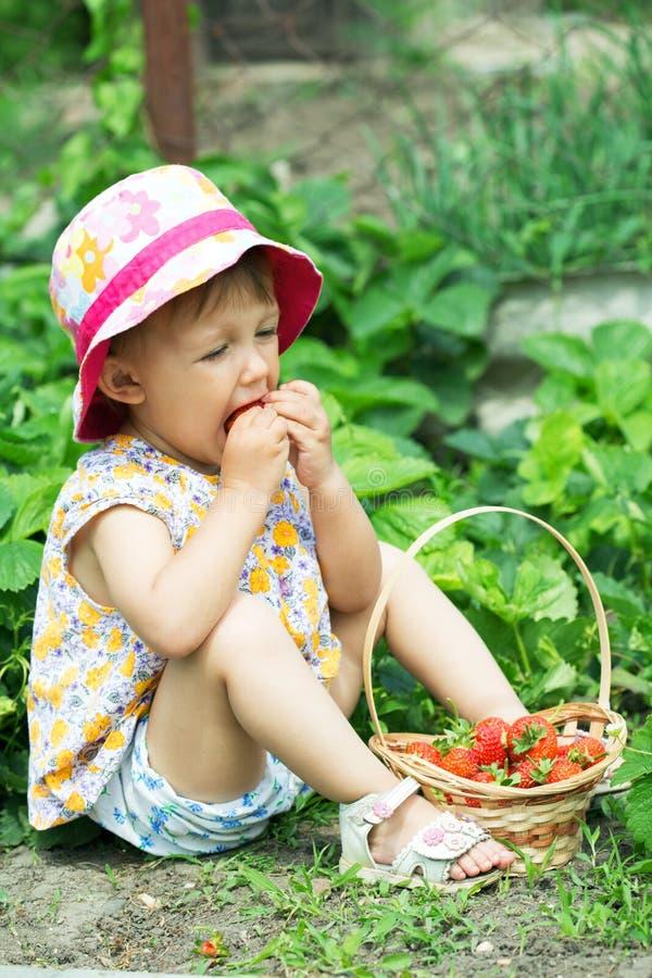Fille mangeant des fraises image libre de droits
