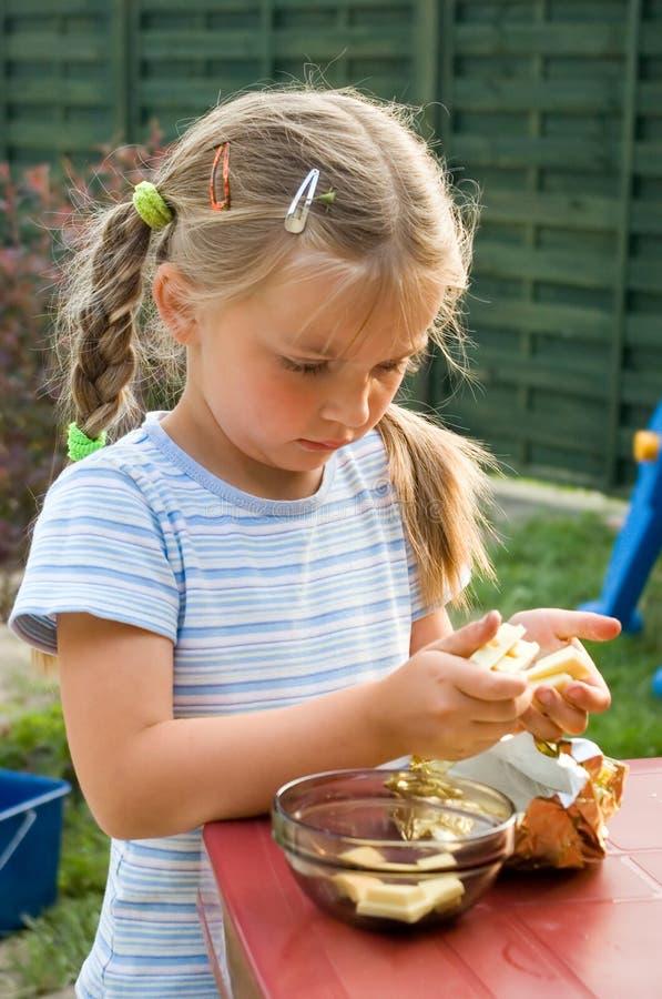 Fille mangeant du chocolat. photographie stock libre de droits