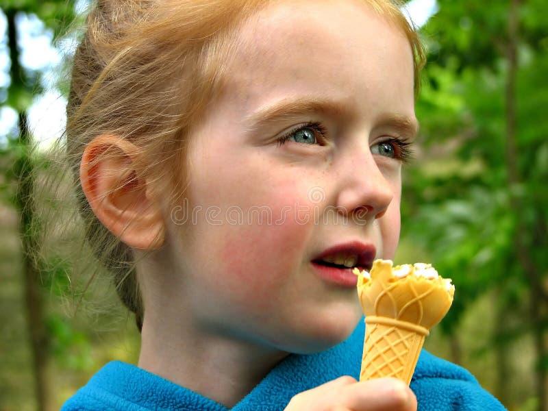 Fille mangeant la crême glacée photo stock