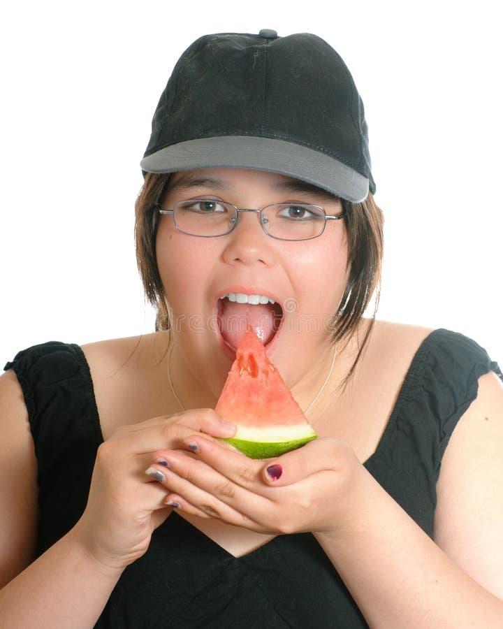 Fille mangeant la pastèque photos stock