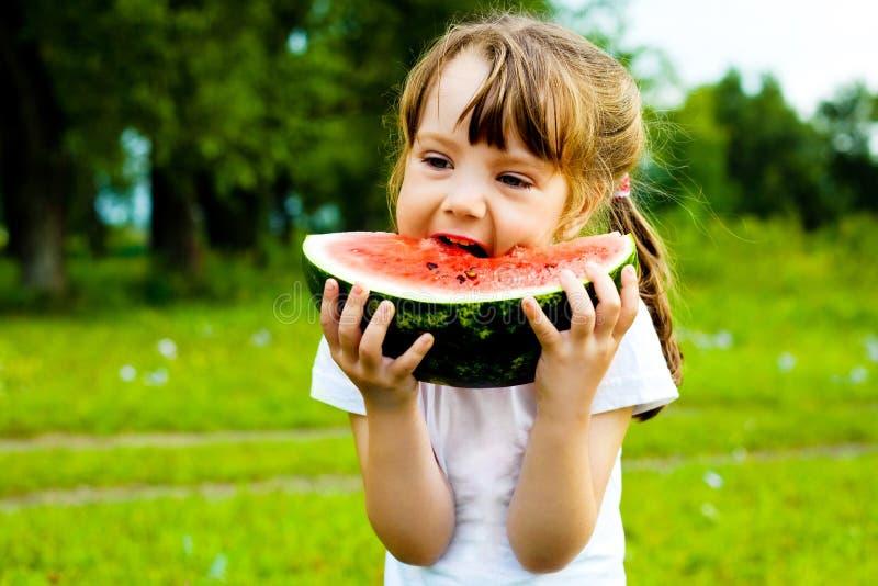 Fille mangeant la pastèque photographie stock