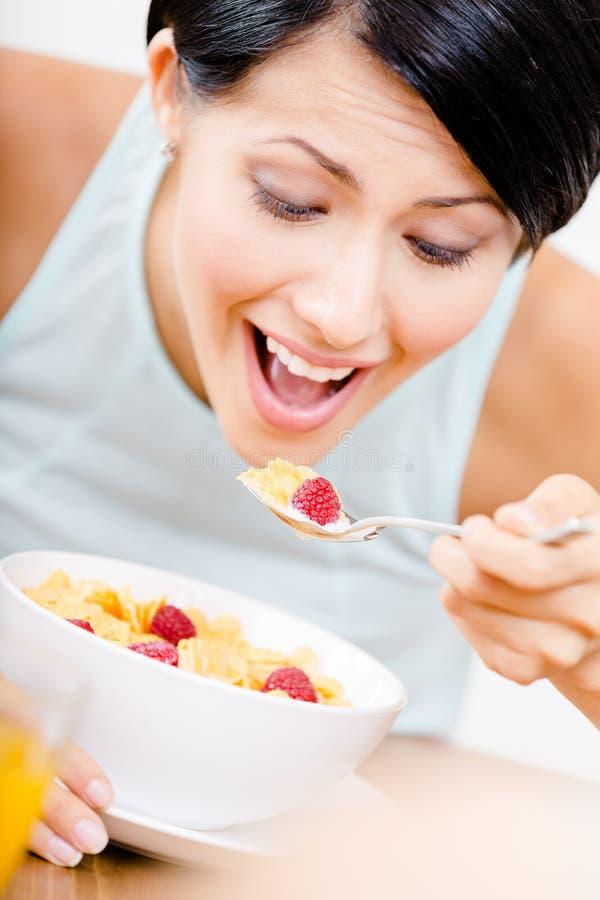 Fille mangeant le petit déjeuner sain image stock