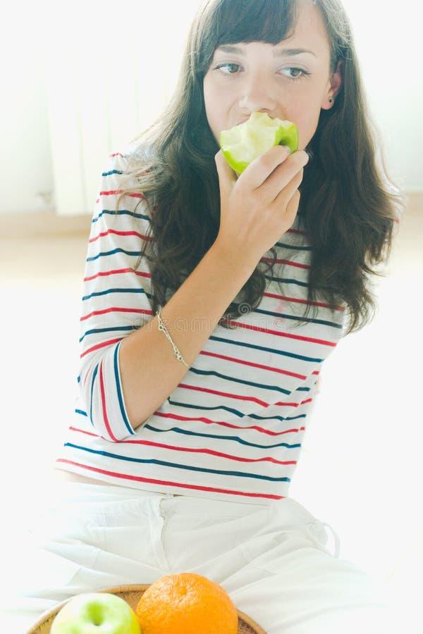 Fille mangeant une pomme photo libre de droits