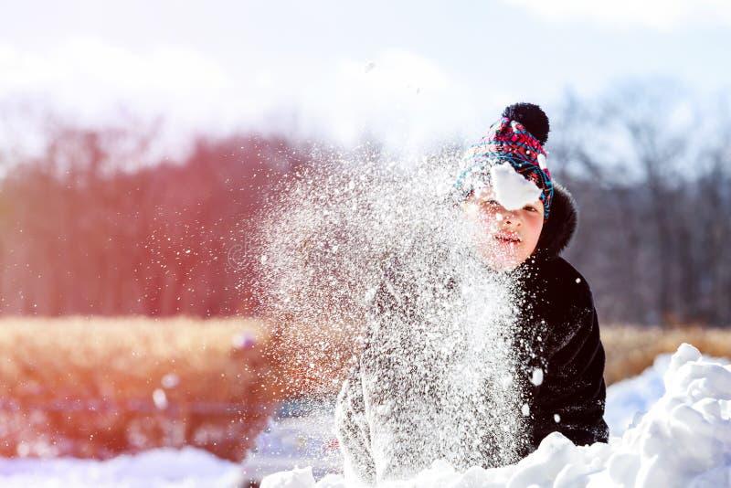 Fille marchant autour dehors pendant l'hiver, jouant avec la neige image stock