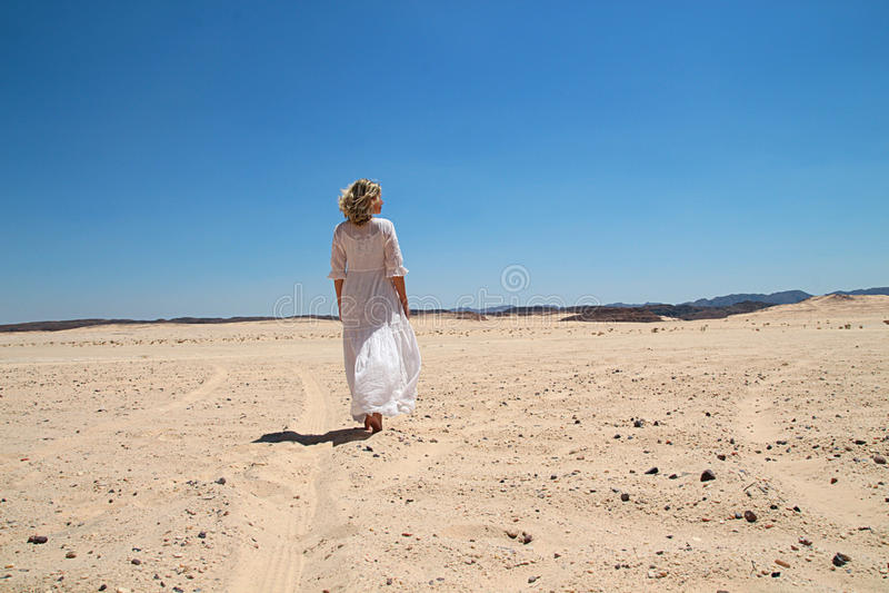 Fille marchant dans le désert photos libres de droits