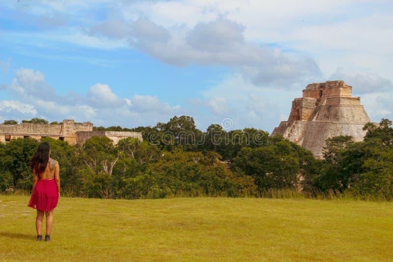 Fille marchant dans les ruines de la ville antique dans Uxmal, Yucatan, Mexique images stock