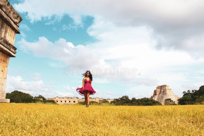Fille marchant dans les ruines de la ville antique dans Uxmal, Yucatan, Mexique image stock