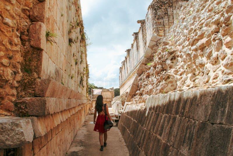 Fille marchant dans les ruines de la ville antique dans Uxmal, Yucatan, Mexique images libres de droits