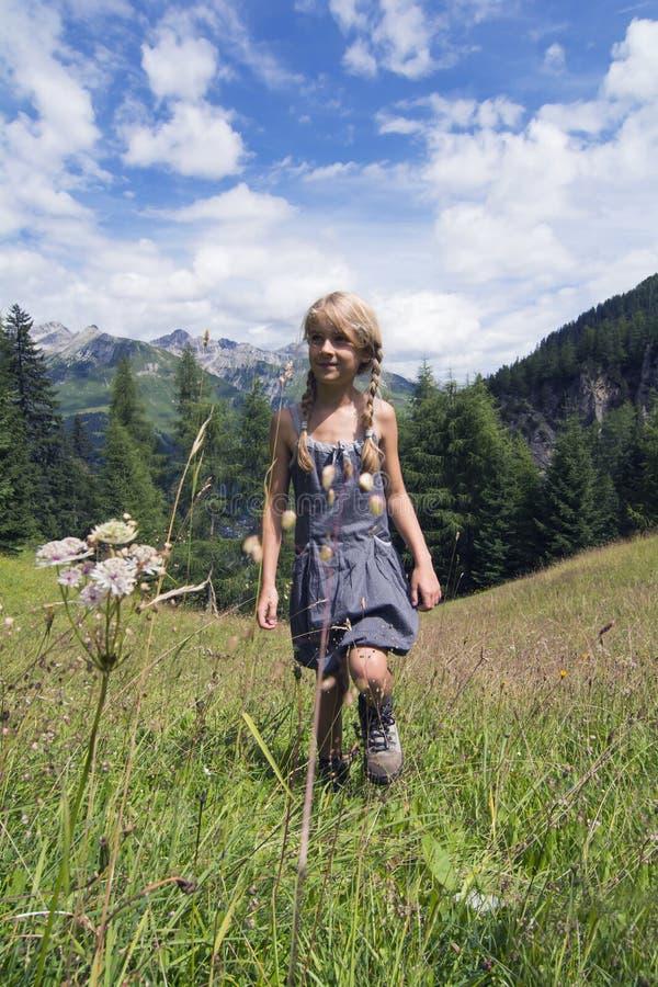 Fille marchant en montagnes photographie stock libre de droits