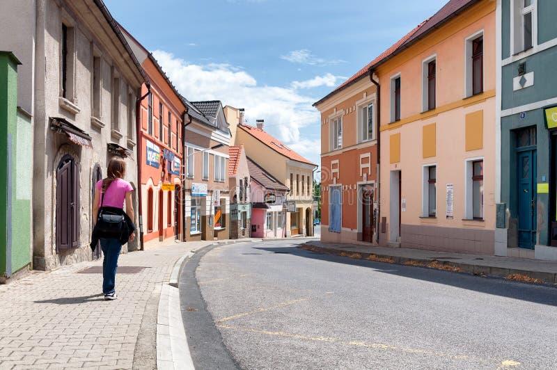 Fille marchant par les rues vides en petite ville Kladno photographie stock