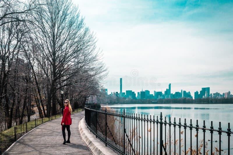 Fille marchant près de la rivière au Central Park à Manhattan, New York C photo libre de droits