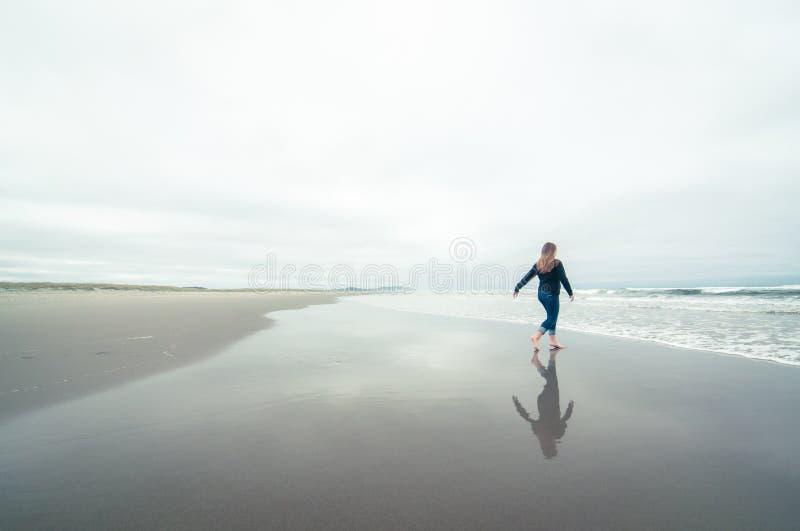 Fille marchant sur la plage en hiver photographie stock