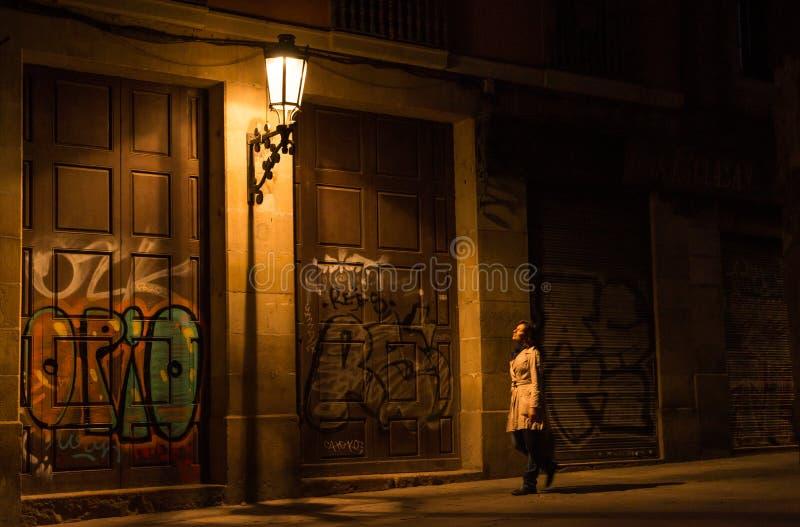 Fille marchant sur la rue dans Barceloona image libre de droits