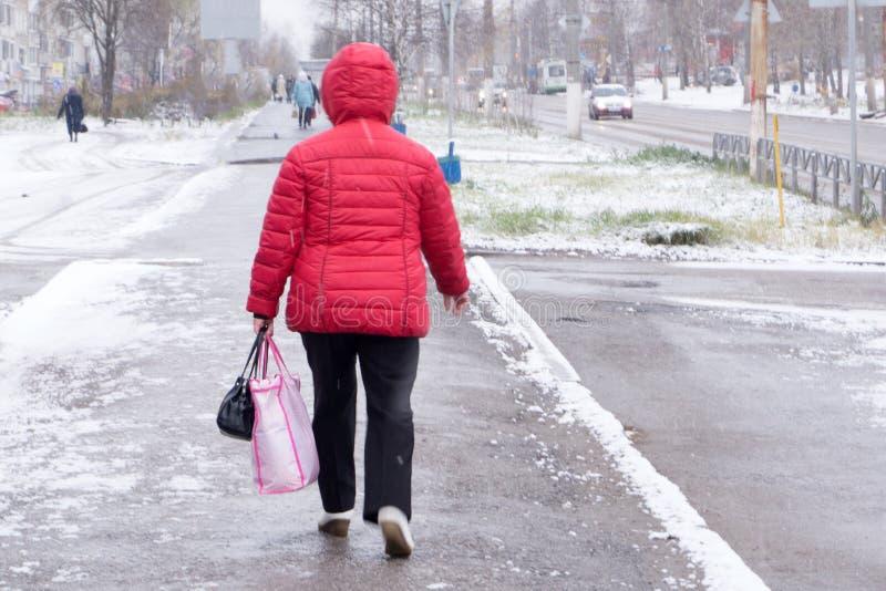 Fille marchant sur la rue en hiver photo libre de droits