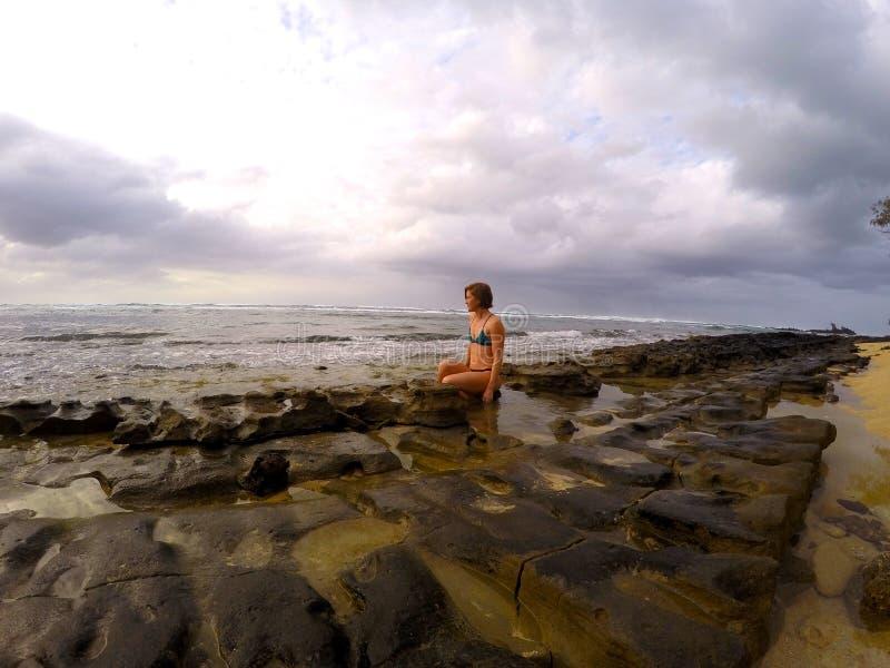 Fille marchant sur le récif photographie stock