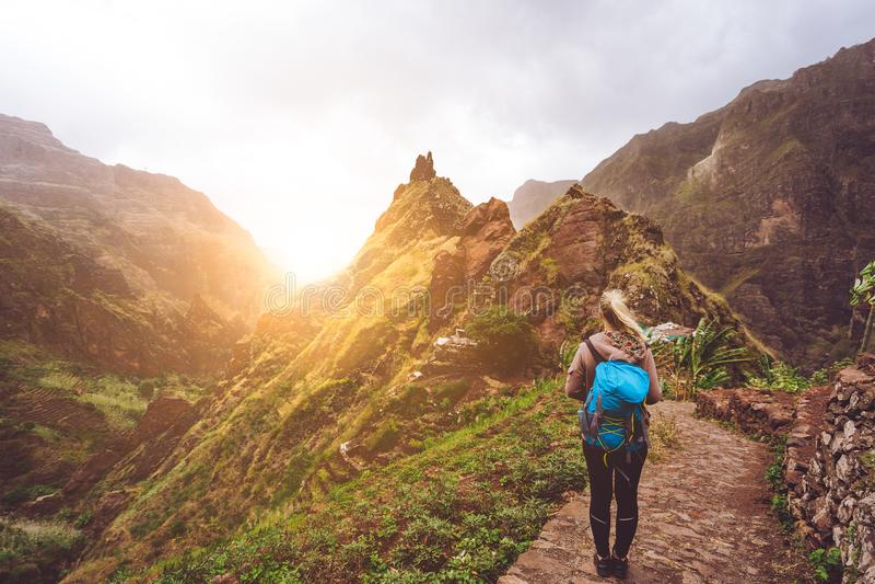 Fille marchant vers le bas le long de l'itinéraire de trekking à la vallée verdoyante de Xo-Xo Lumière du soleil chaude seable su photos libres de droits