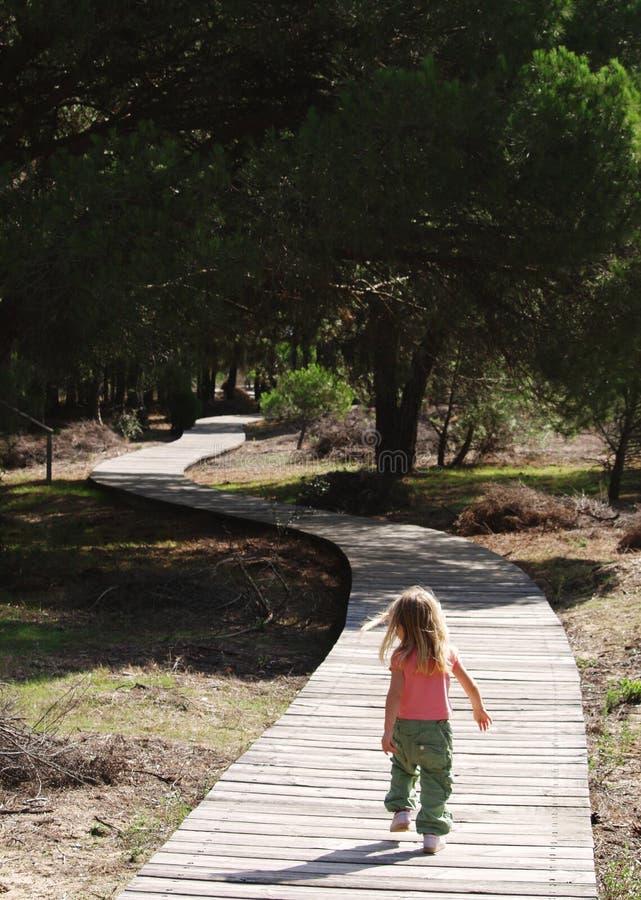 fille marchant vers le haut du chemin images libres de droits