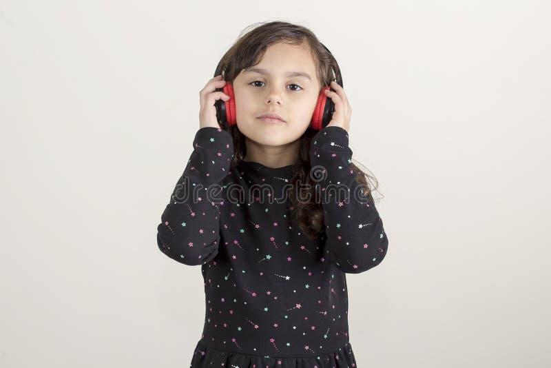 Fille mignonne écoutant la musique photo libre de droits