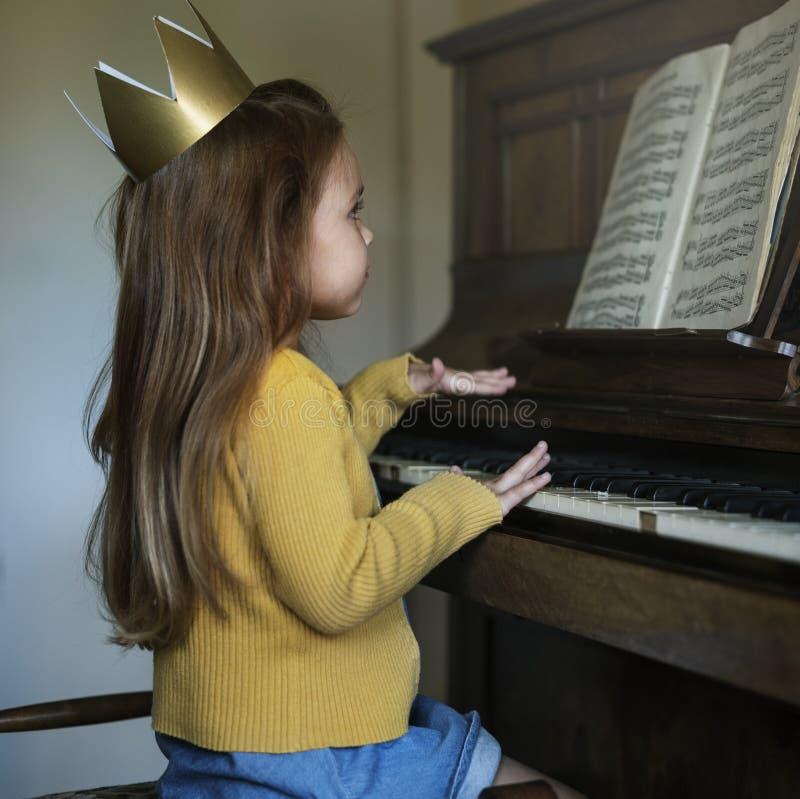 Fille mignonne adorable jouant le concept de piano images stock