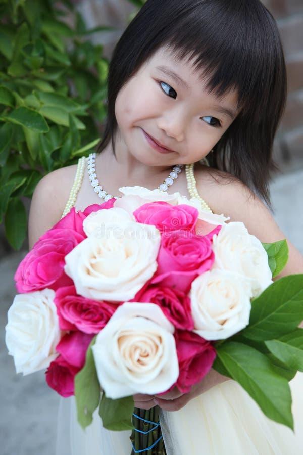 Fille mignonne avec des fleurs photos libres de droits