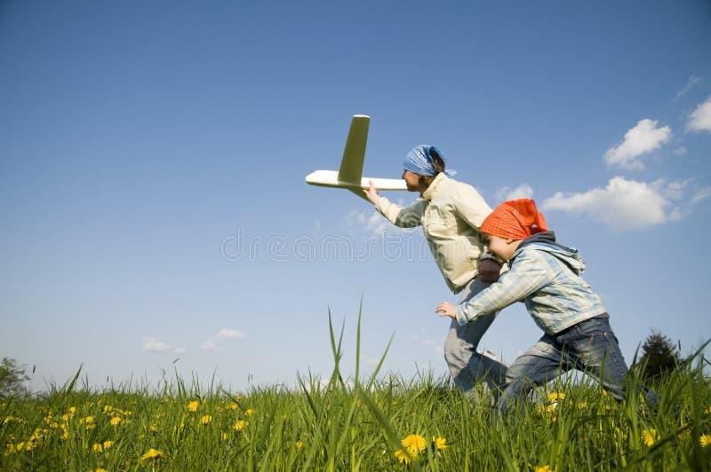 Fille mignonne avec l'avion image stock