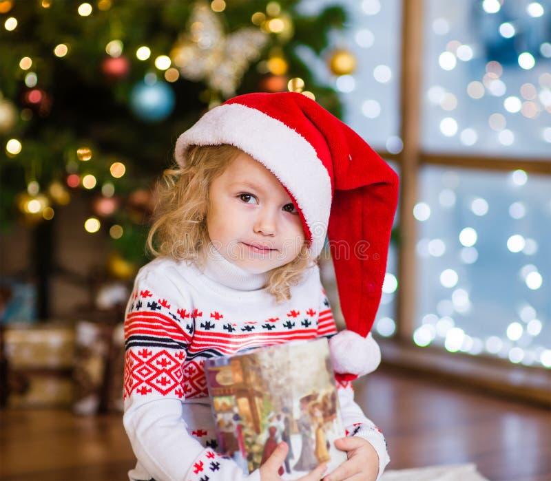 Fille mignonne avec le boîte-cadeau regardant l'appareil-photo photo stock