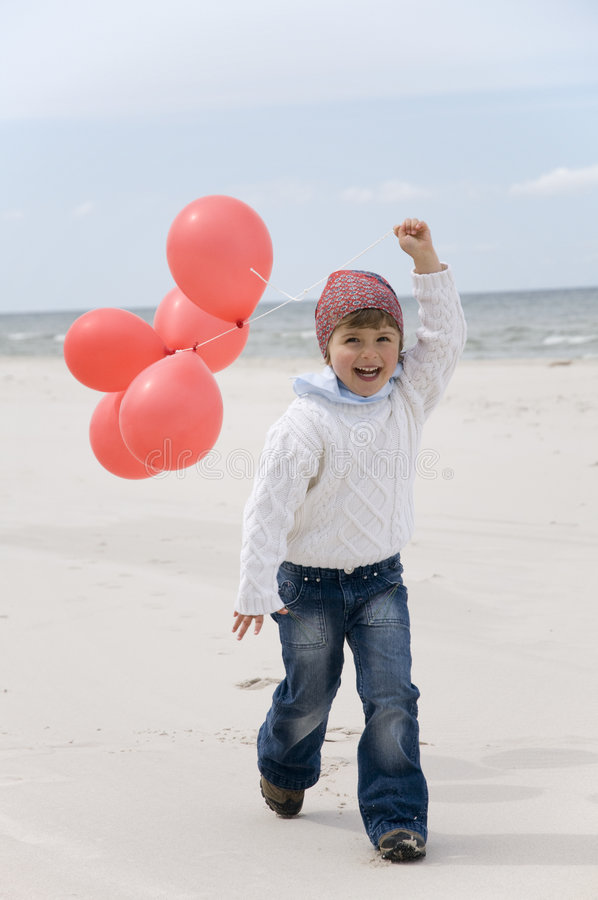 Fille mignonne avec les ballons rouges   photo libre de droits
