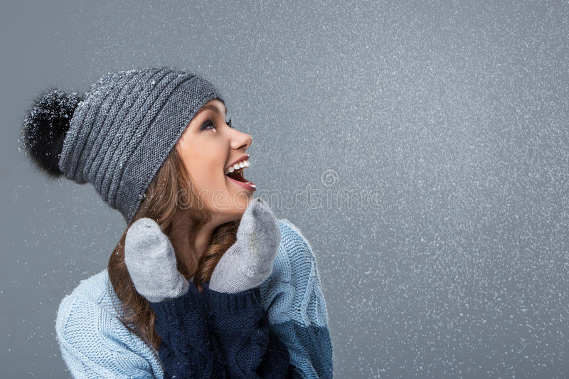 Fille mignonne avec profiter d'un agréable moment de flocons de neige photos stock