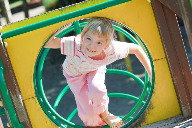 Fille mignonne ayant l'amusement. image libre de droits
