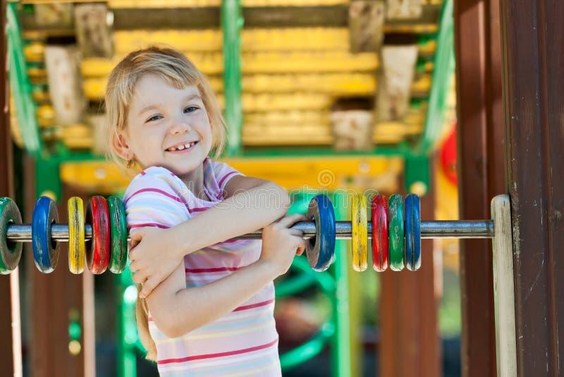 Fille mignonne ayant l'amusement. photo stock